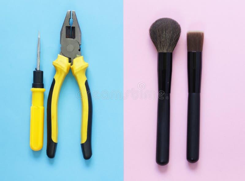 Mężczyzna vs Kobiety Men& x27; s narzędzia x27 i women&; s makeup fotografia stock