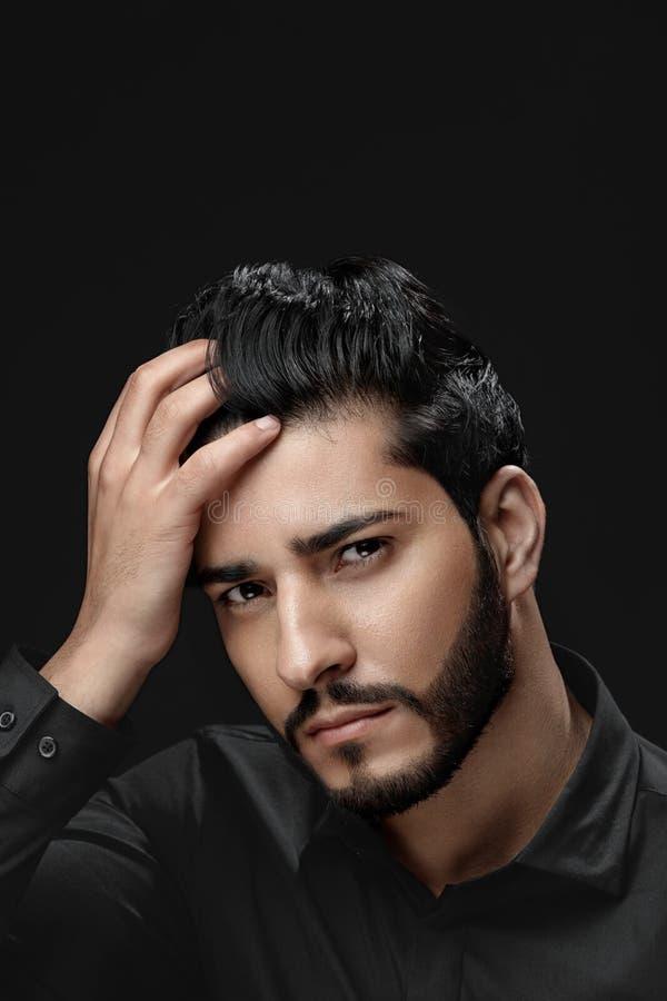 Mężczyzna Włosiana opieka Mężczyzna Z brodą, piękno twarzy Wzruszający czarni włosy zdjęcia stock