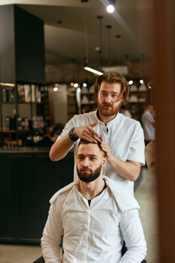 Mężczyzna Włosiany salon Mężczyzna fryzjer męski Robi fryzurze W zakładzie fryzjerskim obraz royalty free