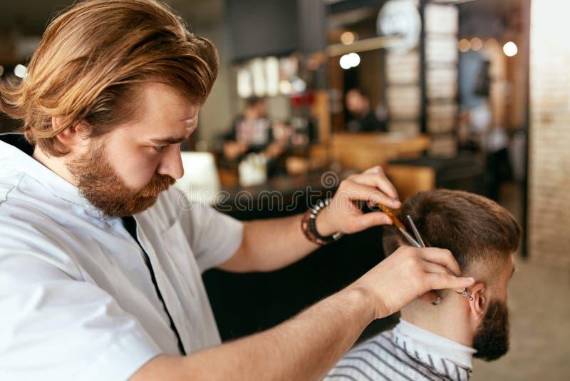 Mężczyzna Włosiany salon Fryzjer męski Robi ostrzyżeniu W zakładzie fryzjerskim zdjęcia stock