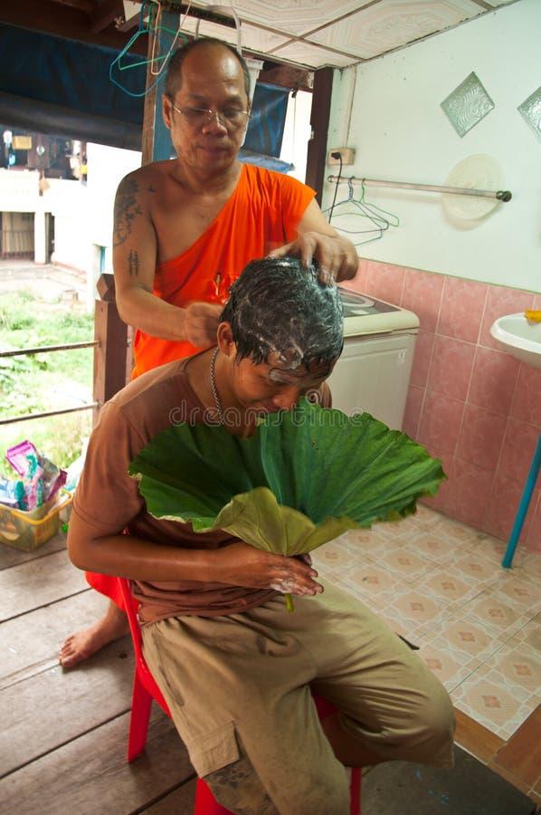 Mężczyzna włosy który iść być Buddyjskim monkhood obraz stock