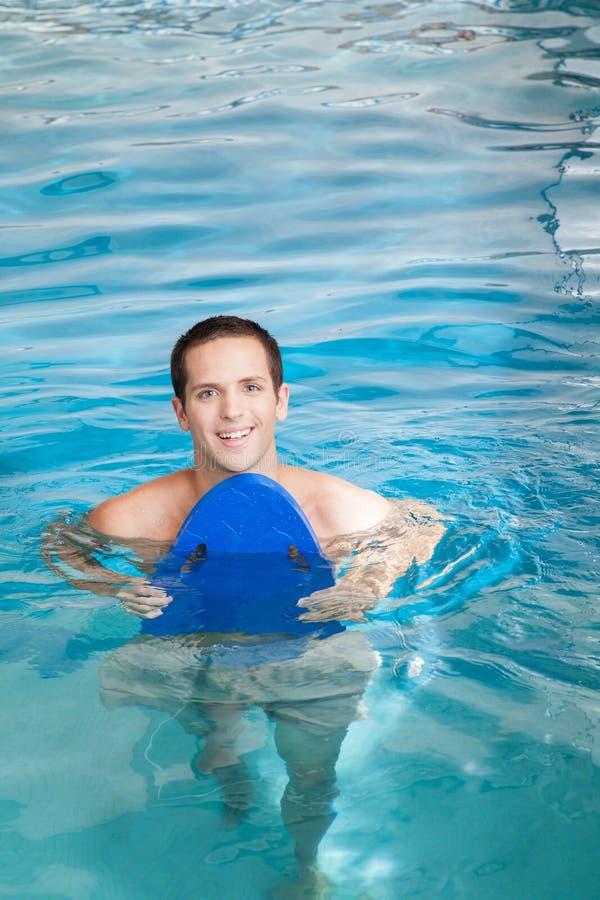 Mężczyzna wśrodku basenu z floater obraz royalty free