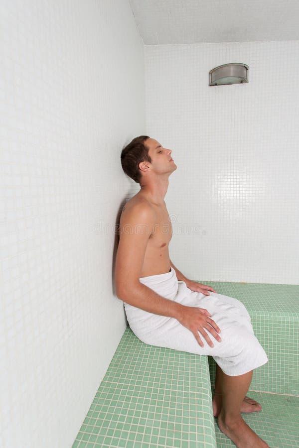 Mężczyzna wśrodku sauna obrazy stock