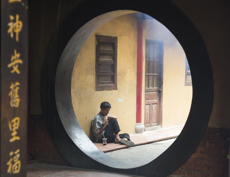 Mężczyzna wśrodku starej Chińskiej świątyni zdjęcia royalty free