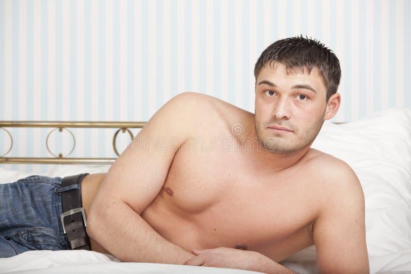 Mężczyzna w łóżku zdjęcie royalty free
