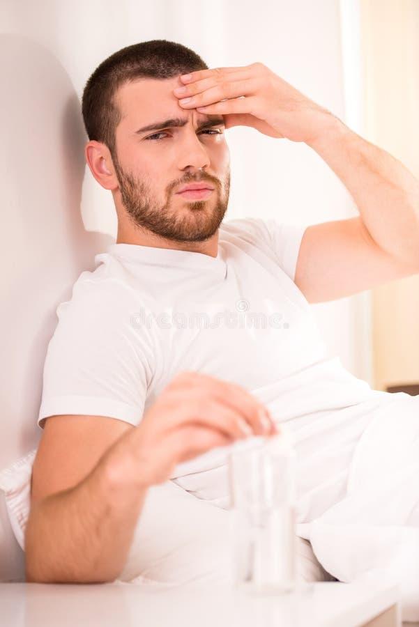 Mężczyzna w łóżku obrazy royalty free