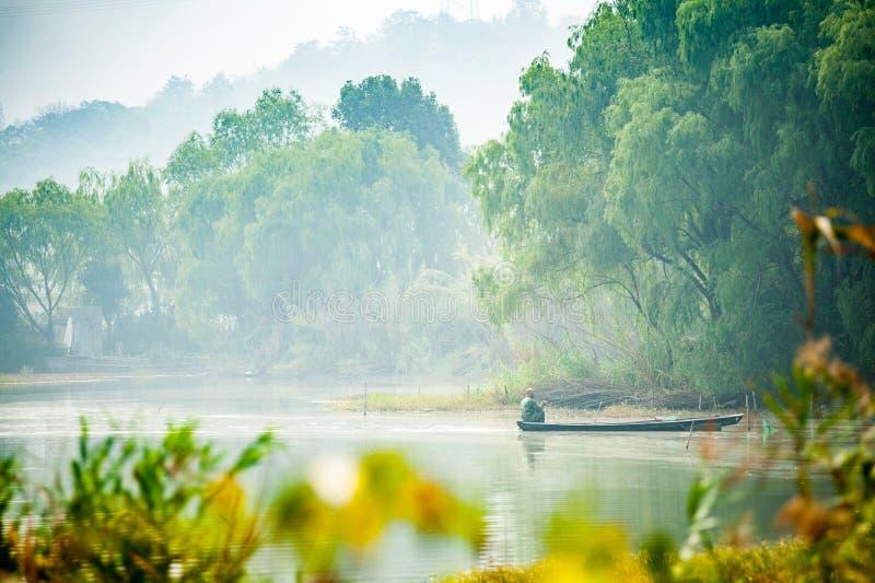Mężczyzna w łódkowatym połowie w jeziorze zdjęcia stock
