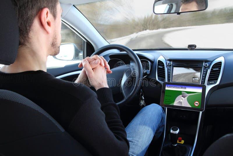 Mężczyzna w Autonomicznym napędowego testa pojazdzie obraz royalty free