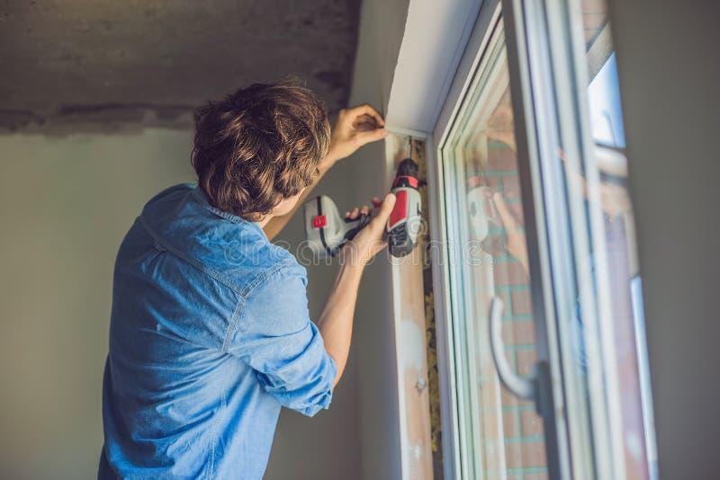 Mężczyzna w błękitnej koszula robi nadokiennej instalaci obrazy stock