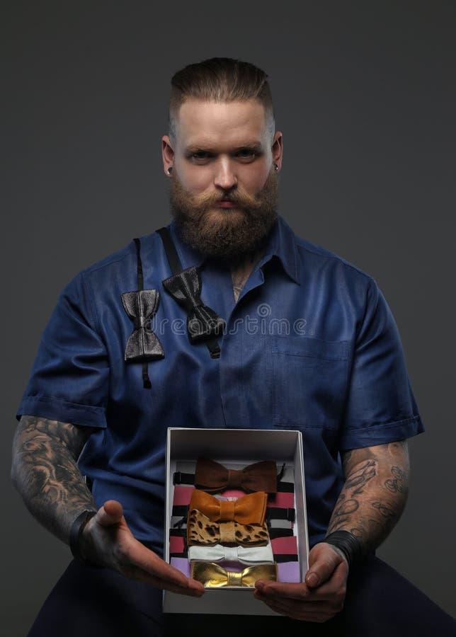 Mężczyzna w błękitnej koszula z łęków krawatami inkasowymi fotografia stock
