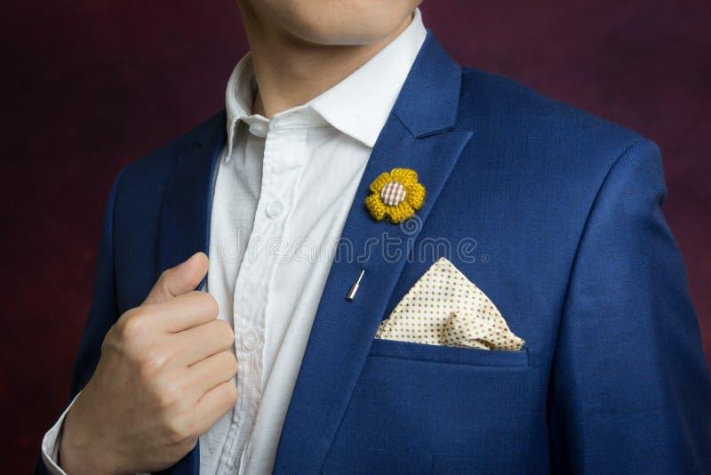 Mężczyzna w błękitnym kostiumu, broszka, chusteczka zdjęcie royalty free