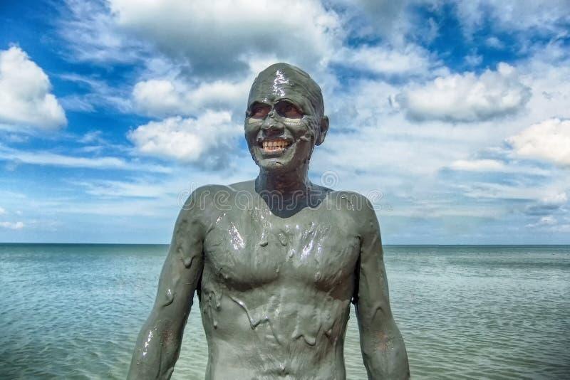 Mężczyzna w błocie słoneczny dzień przy morzem obraz stock