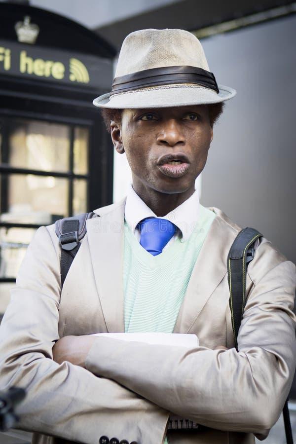 Mężczyzna w beżowym kostiumu i być wypełnionym czymś lekkim kapeluszu Dandy styl obrazy stock