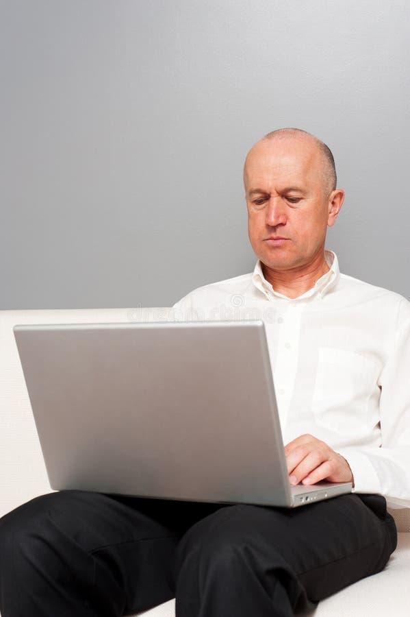 Mężczyzna w biały koszula z laptopem obraz stock