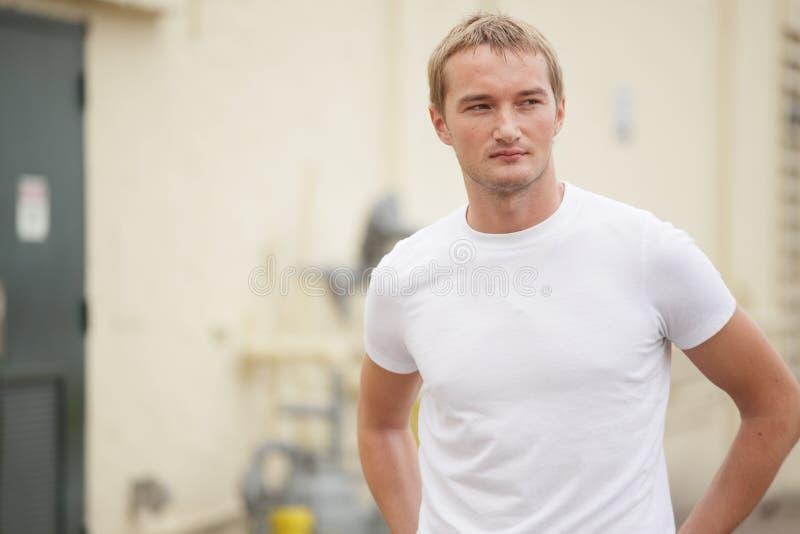 Mężczyzna w biały koszulce obraz stock