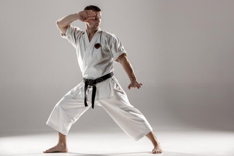 Mężczyzna w białym kimonowym stażowym karate fotografia royalty free