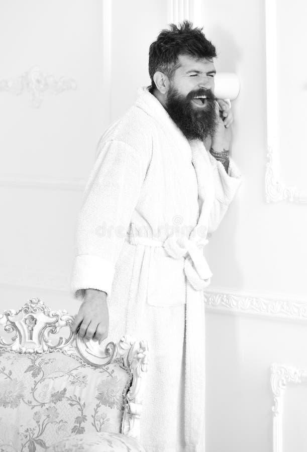 Mężczyzna w białym wewnętrznym przeszpiegi, podsłuch Prywatności i sekretu pojęcie Mężczyzna z brodą i wąsy podsłuchuje używać fotografia royalty free