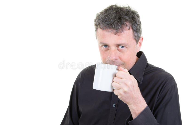 Mężczyzna w biurowym ubioru mieniu pije kawowego kubek fotografia stock