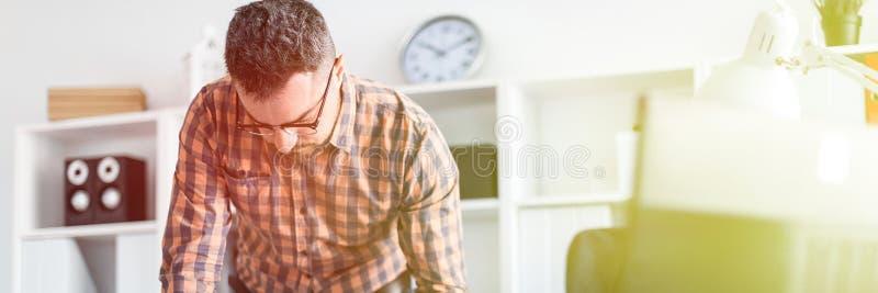 Mężczyzna w biurze stoi blisko stołu i rysuje markiera na magnesowej desce obrazy stock