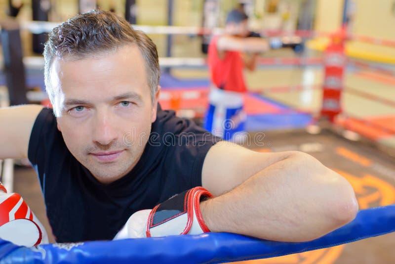 Mężczyzna w bokserskich rękawiczkach zdjęcia royalty free
