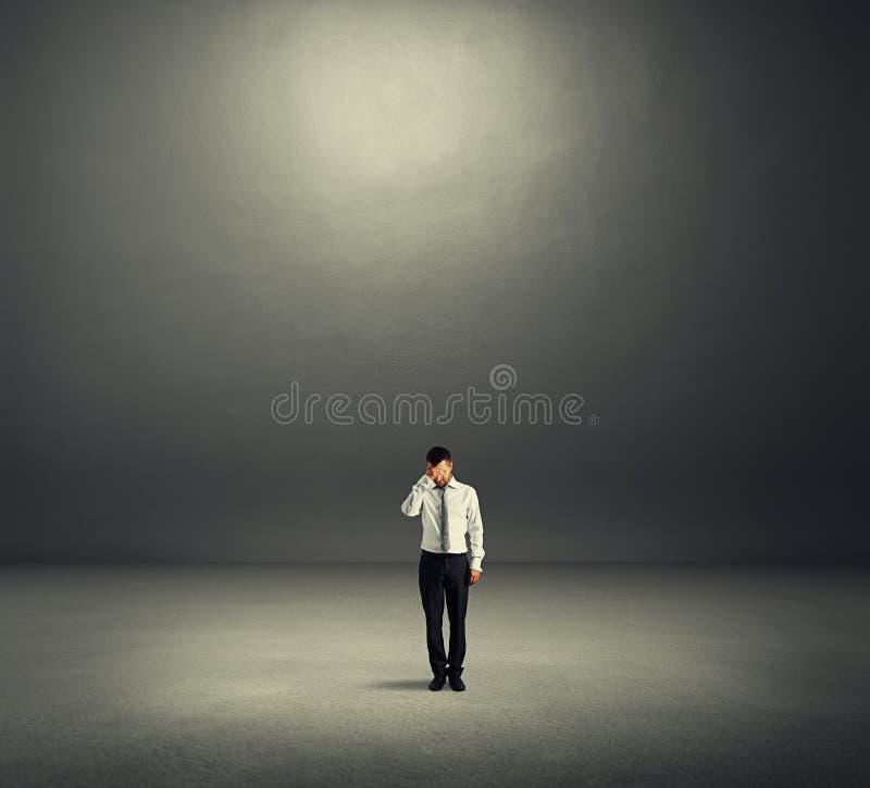 Mężczyzna w ciemnym pokoju zdjęcia stock