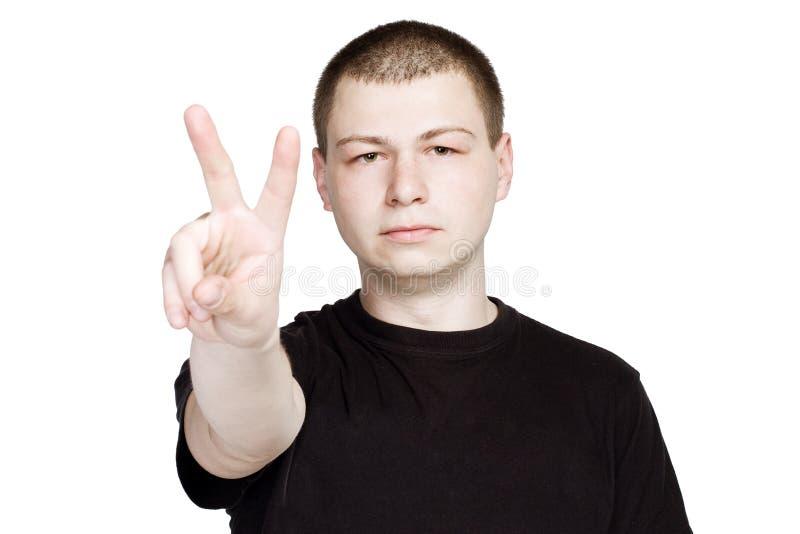 Mężczyzna w czarnych t-shurt przedstawień numer dwa pokoju znaka gescie lub fotografia royalty free