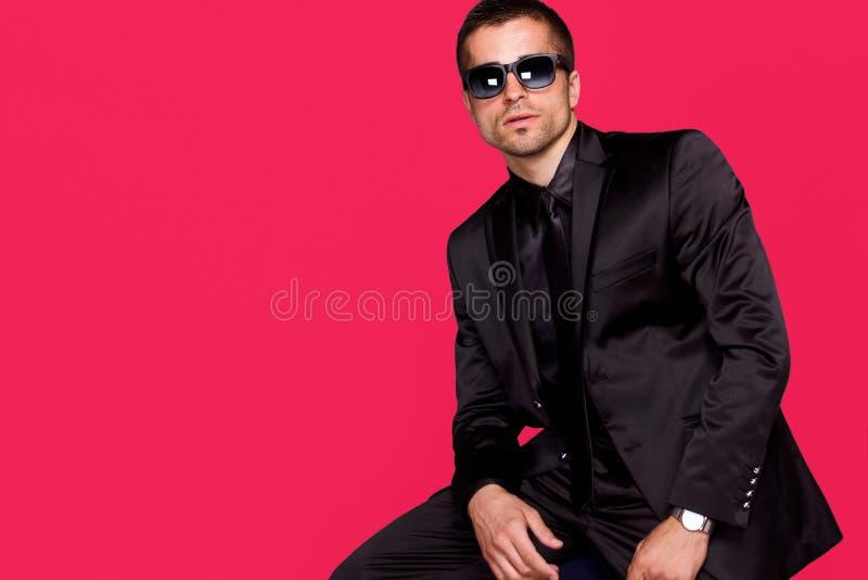Mężczyzna w czarnym kostiumu, pracowniany portret zdjęcie royalty free