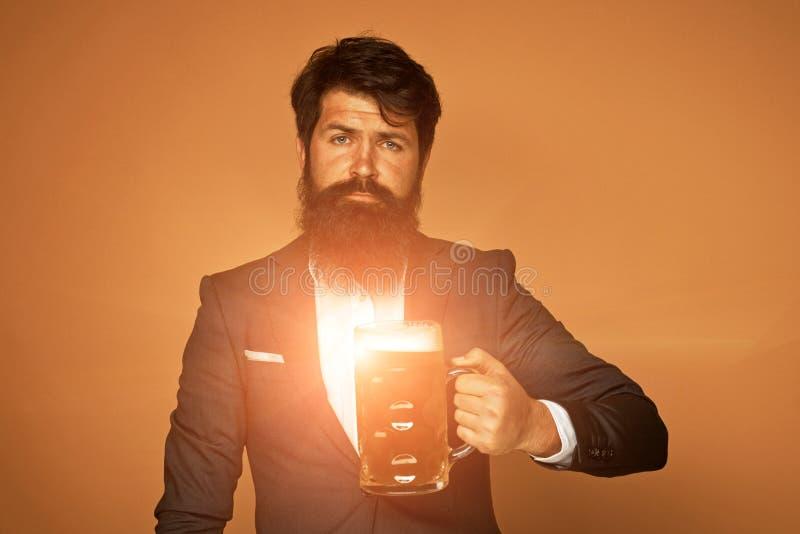 Mężczyzna w czarnym kostiumu z szkłem piwo Szcz??liwy elegancki m??czyzna pije piwo Piwni puby i bary Brodaty m??czyzna pije lage obraz stock