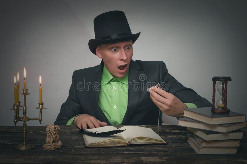 Mężczyzna w dęciaka kapeluszu z kieszeniowym zegarkiem zdjęcie royalty free