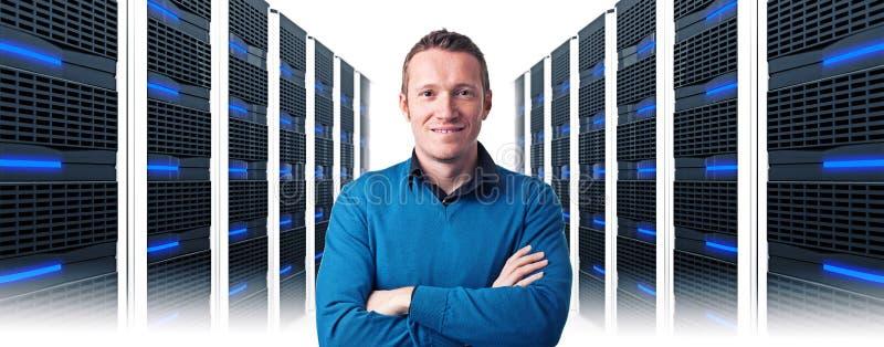 Mężczyzna w datacenter zdjęcie stock