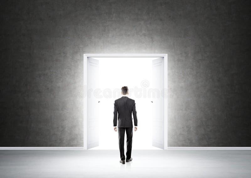Mężczyzna w frontowym otwarte drzwi obrazy royalty free