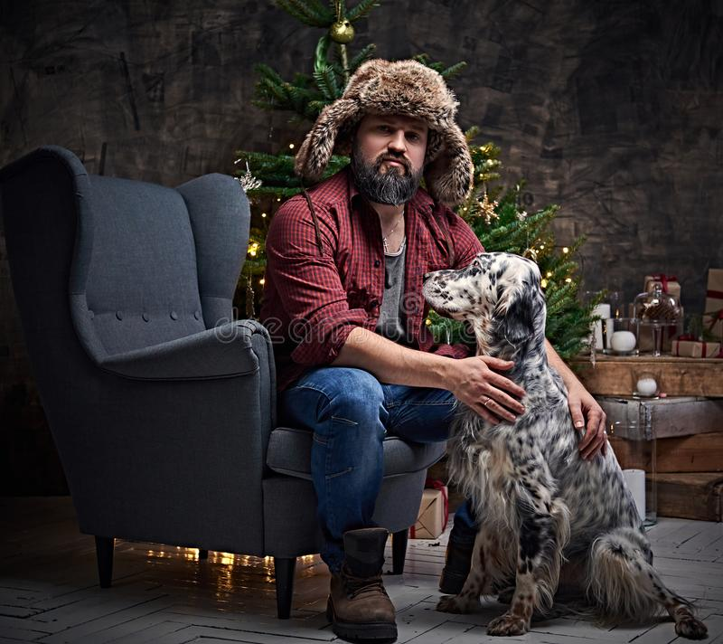 Mężczyzna w futerkowego kapeluszu i Irlandzkiego legartu psie fotografia stock
