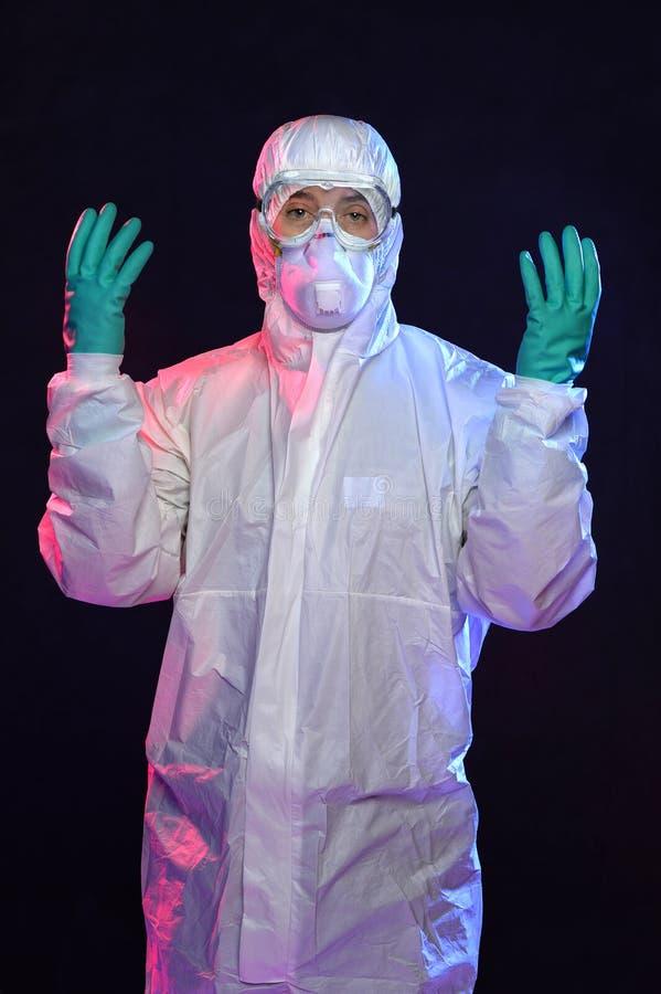 Mężczyzna w Hazmat kostiumu z rękawiczkami i gogle obraz stock