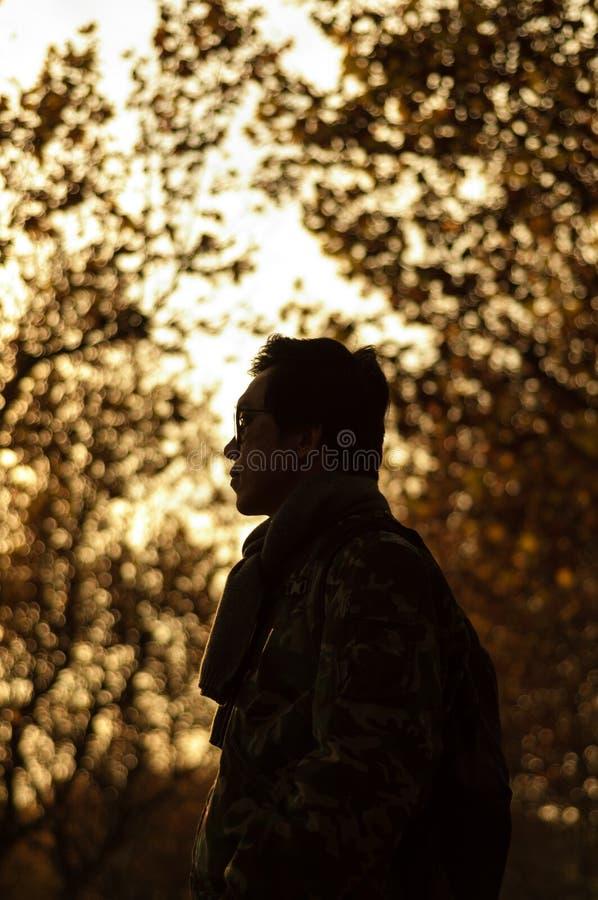 Mężczyzna w jesień obraz stock