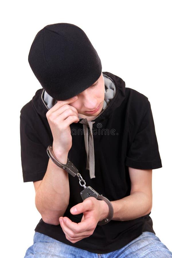 Mężczyzna w kajdankach jest Płaczący obraz stock