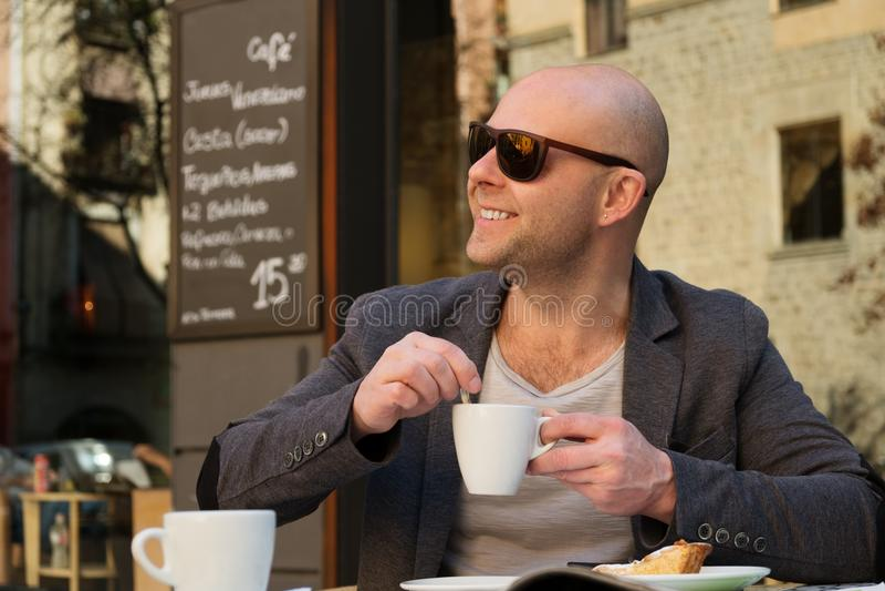Mężczyzna w kawiarni zdjęcie royalty free