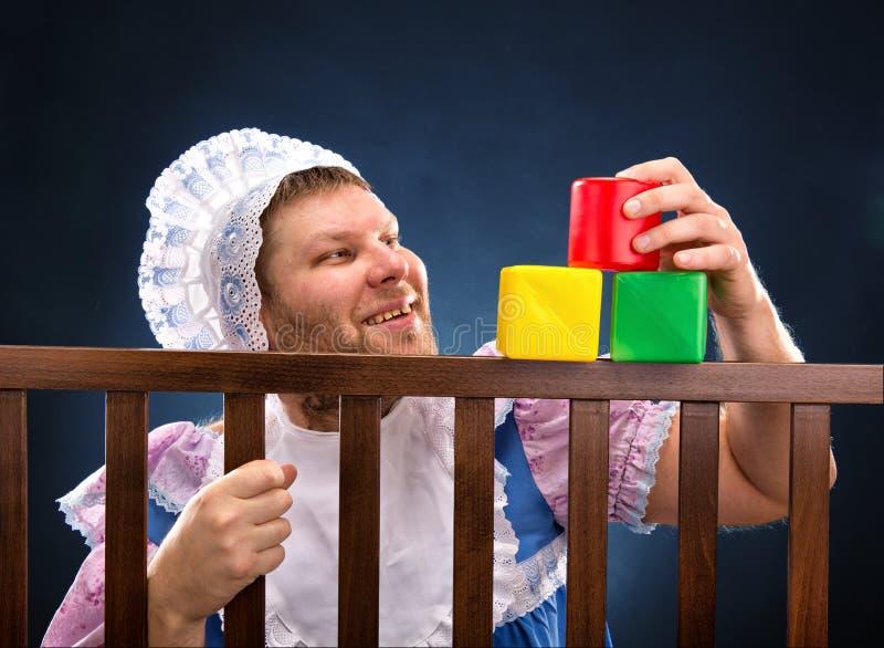 Mężczyzna w kojec bawić się obrazy royalty free
