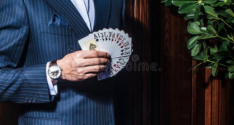 Download Mężczyzna W Kostium Pozach Z Kartami Na Drewnianym Tle Obraz Stock - Obraz złożonej z szansa, grzebak: 57653087