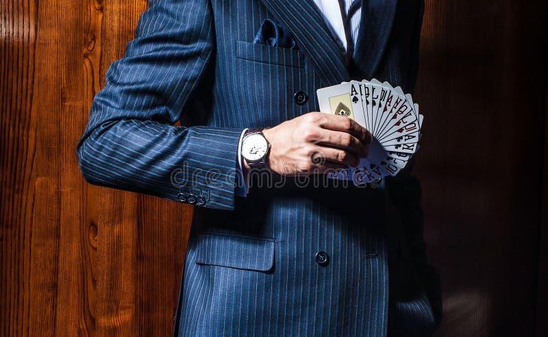 Download Mężczyzna W Kostium Pozach Z Kartami Na Drewnianym Tle Zdjęcie Stock - Obraz złożonej z ryzyko, gracz: 57654142