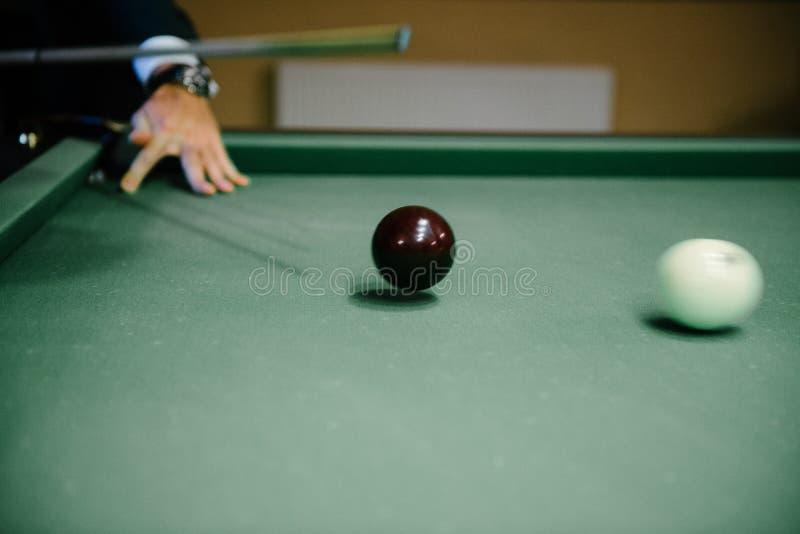 Mężczyzna w kostiumu bawić się billiards fotografia royalty free