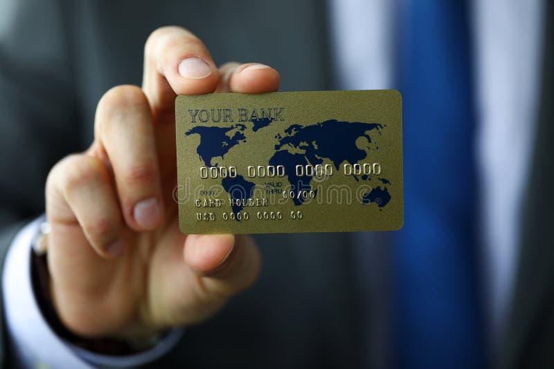 Mężczyzna w kostiumu i krawacie pokazuje bankowości kartę gotową płacić obraz royalty free