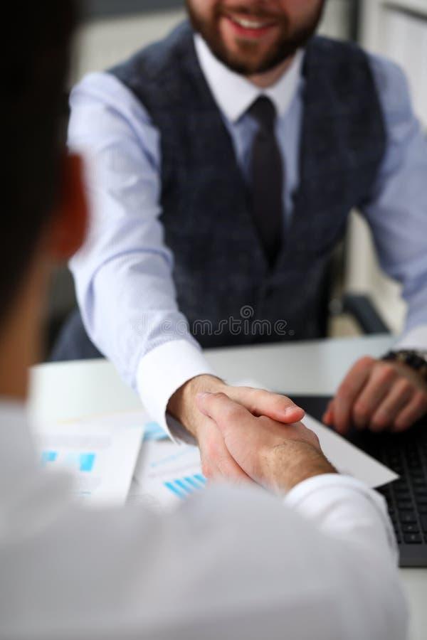 Mężczyzna w kostiumu i krawat dajemy ręce w biurowym zbliżeniu jak cześć obrazy stock