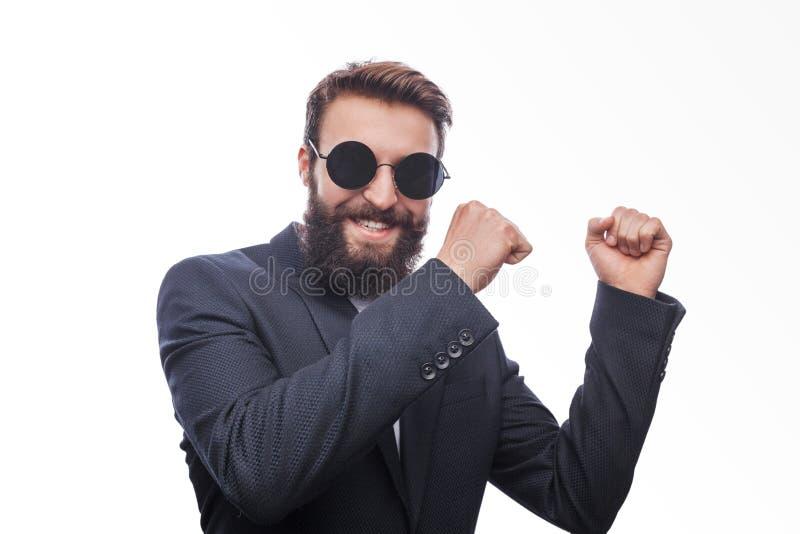 Mężczyzna w kostiumu i okularów przeciwsłonecznych tanczyć zdjęcia royalty free