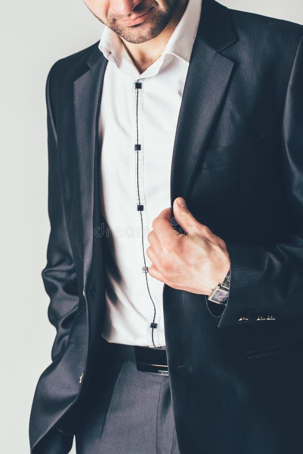 Mężczyzna w kostiumu luksusowych klasycznych pozach na photosession na białym tle obraz stock