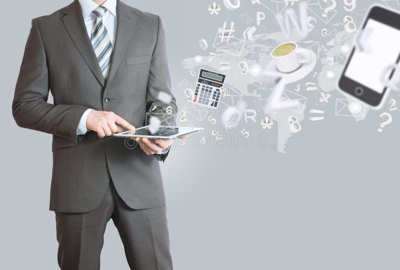 Mężczyzna w kostiumu mienia pastylki komputerze osobistym. Biurowej pracy pojęcie zdjęcia stock