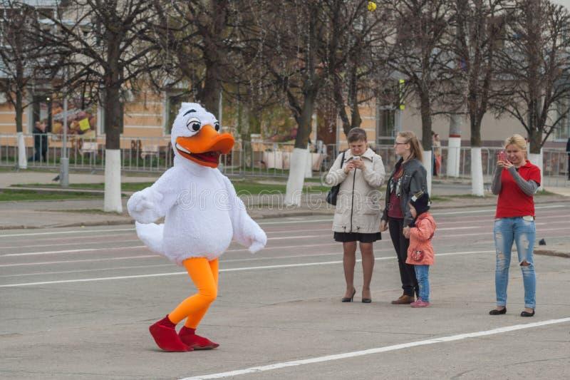 Mężczyzna w kostiumu tana kaczce na placu czerwonym Cheboksary, Chuvash republika, Rosja Maj 1, 2016 fotografia royalty free
