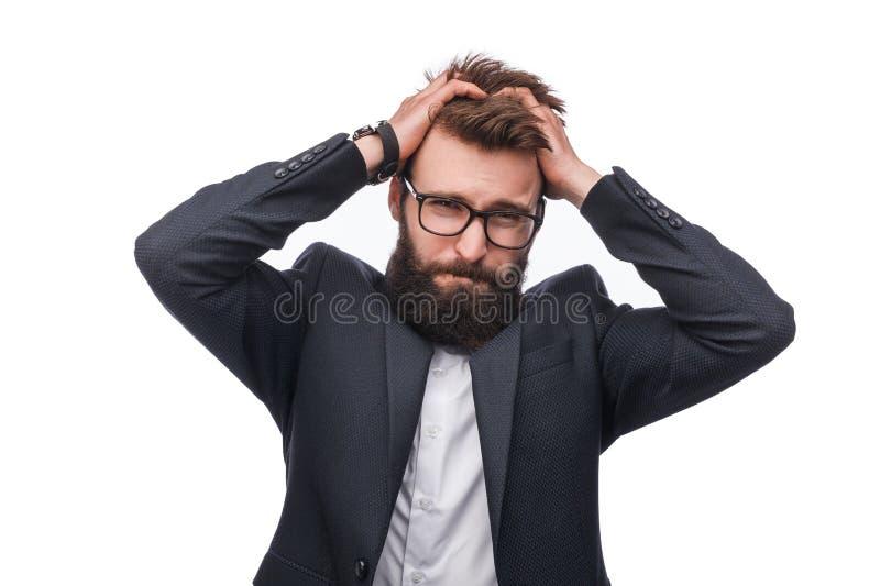 Mężczyzna w kostiumu z rękami na głowie w studiu obraz stock