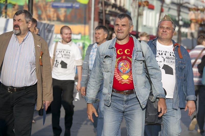 Mężczyzna w koszulkach z symbolami sowieci - zjednoczenie jest na stre zdjęcie royalty free