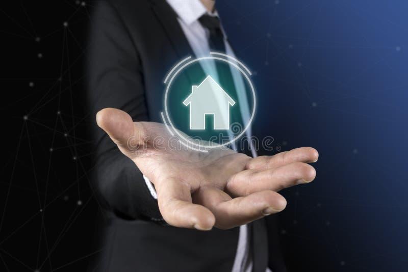 Mężczyzna w krawacie i kostiumu pojawiać się w jego wręcza futurystyczną grafikę dom Pojęcie: domowa automatyzacja, domowi zastos obrazy royalty free
