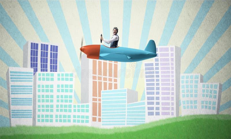 Mężczyzna w lotnika hełma obsiadaniu w śmigłowym samolocie obrazy stock